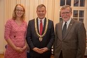 Oberbürgermeister Dr. Thomas Spies (Mitte) bedankt sich im Namen der Stadt Marburg bei Dr. Elke Neuwohner und Dr. Horst Wiegand für deren langjähriges und weiterhin aktives Engagement in der Kommunalpolitik.