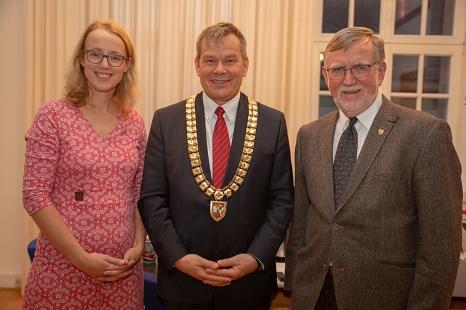 Oberbürgermeister Dr. Thomas Spies (Mitte) bedankt sich im Namen der Stadt Marburg bei Dr. Elke Neuwohner und Dr. Horst Wiegand für deren langjähriges und weiterhin aktives Engagement in der Kommunalpolitik.©Stadt Marburg, Patricia Grähling