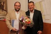 Oberbürgermeister Dr. Thomas Spies (rechts) zeichnete Christian Kutschera mit der Silbernen Ehrennadel der Universitätsstadt Marburg aus.