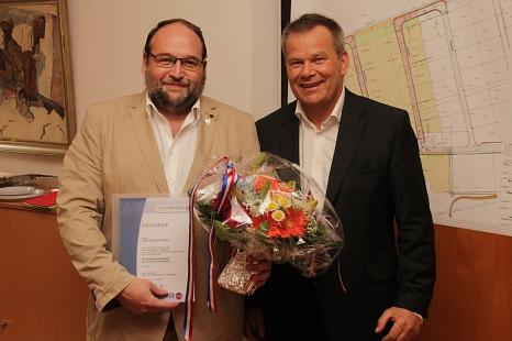 Oberbürgermeister Dr. Thomas Spies (rechts) zeichnete Christian Kutschera mit der Silbernen Ehrennadel der Universitätsstadt Marburg aus.©Universitätsstadt Marburg, i.A. Heiko Krause