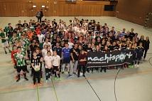 Ein Foto aller Teilnehmer des Fußballturniers beim 6. Marburger Mitternachtsturniers