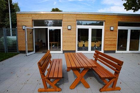Ein großer Gewinn für das Bürgerhaus Bortshausen ist die neue angelegte Terrasse.©Thomas Steinforth, Stadt Marburg