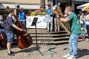 """Ein Kontrabass und eine Tuba spielten die ersten tiefen Töne von """"An die Freude"""" aus Ludwig van Beethovens 9. Sinfonie."""