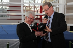 Zur Einweihung des neuen Boxsportzentrums am Richtsberg überreicht Oberbürgermeister Egon Vaupel (r.) die passende Ausstattung an den Vorsitzenden des Boxclubs Marburg, Peter Weller (l.).©Universitätsstadt Marburg