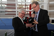 Zur Einweihung des neuen Boxsportzentrums am Richtsberg überreicht Oberbürgermeister Egon Vaupel (r.) die passende Ausstattung an den Vorsitzenden des Boxclubs Marburg, Peter Weller (l.).