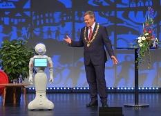 Einziger Gast direkt auf der Bühne: Roboter Pepper. Er spricht mit Oberbürgermeister Dr. Thomas Spies über das Marburg der Zukunft.©Universitätsstadt Marburg