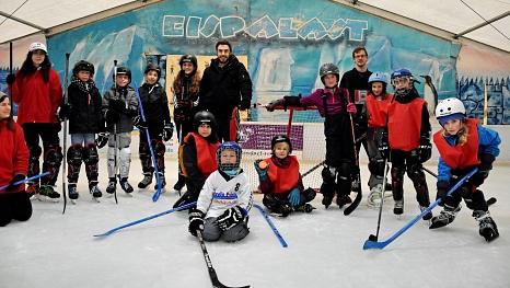 Außer Puste, aber glücklich präsentieren sich die Mädchen und Jungen samt Kursleiter/innen nach dem Spiel. Die Jugendförderung freut sich über die gute Resonanz auf ihr Premierenangebot.©Universitätsstadt Marburg