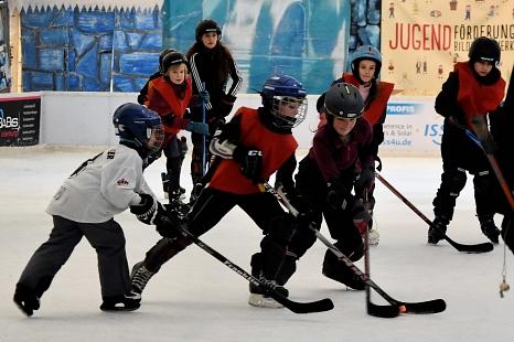 Nach kurzer Zeit haben die jungen Eishockeyspielerinnen und -spieler den Bogen raus und legen sich mächtig ins Zeug, um den Puck ins gegnerische Tor zu befördern.©Universitätsstadt Marburg