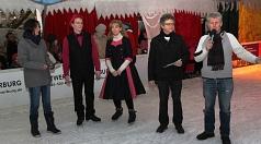 Bürgermeister Dr. Franz Kahle (2. v. r) begrüßte mit der Fachdienstleiterin Jugendförderung Ulrike Munz-Weege (l.), Björn Kleiner und Frauke Haselhorst (Jugendförderung) sowie Betreiber Adi Ahlendorf die Gäste zu Show im Eispalast.