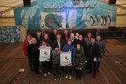 Zusammen mit Betreiber Toni Ahlendorf (vorne rechts) und zahlreichen weiteren Beteiligten stellten Stadträtin Dr. Kerstin Weinbach (Vierte von rechts) und Bürgermeister Dr. Franz Kahle (Achter von links) das Programm für den diesjährigen Eispalast vor. In