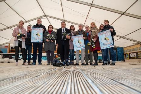 Der Aufbau läuft, am 7. Dezember kann der Eispalast in Marburg wieder seine Tore öffnen. Das Programm stellten nun Oberbürgermeister Dr. Thomas Spies (5.v.l.), Stadträtin Kirsten Dinnebier (4.v.l.) sowie die Betreiber Ahlendorf und die beteiligten Fachdie©Stadt Marburg, Patricia Grähling
