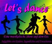 """Vor buntem Discolicht tanzen Menschen auf dem Eis, Text: Lets Dance - Eine musikalische Show auf dem Eis. Aufgeführt von Kindern, Jugendlichen und Erwachsenen."""""""