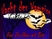 """Der Schriftzug """"Nacht der Vampire"""" vor einem dunklen Himmel und dem Mond. Außerdem zahlreiche Fledermäuse in der Luft und der Untertitel """"Eine Show mit Biss"""""""