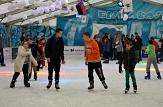 Auf der Eisfläche laufen mehrere Besucher entspannt Schlittschuh.©Universitätsstadt Marburg