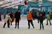 Auf der Eisfläche laufen mehrere Besucher entspannt Schlittschuh.