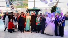 Der Eispalast ist eröffnet. Oberbürgermeister Dr. Thomas Spies (Mitte) hat das Eislaufen direkt ausprobiert und ist gemeinsam mit Vertreter*innen der Stadtverwaltung, der Betreiberfamilie Ahlendorf und dem Marburger Prinzenpaar in die Schlittschuhsaison g