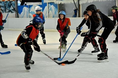 2 junge Spieler*innen kämpfen um den Eishockey-Ball (nein, kein Puck beim Kinder-Eishockey)©Universitätsstadt Marburg