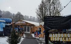 Das Zelt und der Eingang zum Eispalast neben dem AuqaMar.©Universitätsstadt Marburg
