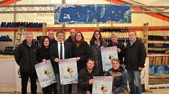 Eine glatte Sache: Mit den vielseitigen Angeboten für alle wird die kommende Eispalastsaison, die am 8. Dezember beginnt, auch diesmal begeistern, waren sich Bürgermeister Dr. Franz Kahle (Mitte l.) und Stadträtin Dr. Kerstin Weinbach (r.) sicher (von lin