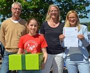 """Karsten Vestweber und Gesche Herrler-Heycke vom Staatlichen Schulamt freuten sich mit Schulleiterin Astrid Schiller (von links) über die Auszeichnung der Erich Kästner-Schule als """"bewegungsfördernde Schule"""". Zur weiteren Bewegungsförderung gab es zusätzli"""