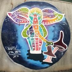 Ein Elefant bringt Farbe an die graue Wand der Reitsporthalle©Universitätsstadt Marburg