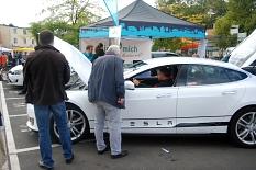 Elektrofahrzeug Tesla beim Umweltaktionstag©Universitätsstadt MarburgFachdienst Umwelt, Fairer Handel, Abfallwirtschaft