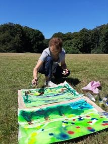 Elisabeth Csepeli malt am Kölner Grüngürtel (mit Magdalena Fritz)