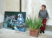 Emö Simonyi neben ihrem Werk