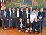 Bürgermeister Dr. Franz Kahle (Mitte) empfing eine Delegation von Wissenschaftlerinnen und Wissenschaftlern aus Sfax im Marburger Rathaus. Prof. Mohamed Gargouri (rechts daneben) und Freundeskreis-Vorsitzende Susanne Lohmiller (3. v. l.) dankten für die E