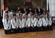 Stadträtin Dr. Kerstin Weinbach (hinten 3. von links) begrüßte die Hockeyspielerinnen aus dem japanischen Tenri im Historischen Rathaussaal. Björn Backes, Leiter des Fachdienstes Sport (hinten 2. von rechts), zeigte den Gästen die Marburger Sportanlagen.