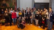 Bürgermeister Wieland Stötzel und Uni-Vizepräsident Prof. Dr. Michel Bölker begrüßen internationale Wissenschaftlerinnen und Wissenschaftler zu deren Forschungszeit in Marburg.