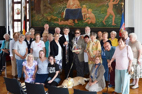 Bürgermeister Dr. Franz Kahle (Mitte) und Stadtverordnetenvorsteherin Marianne Wölk (links daneben) hießen den Bürgermeister von Northampton Christopher Malpas (Mitte rechts) zusammen mit den beiden Freundeskreisen der Partnerstädte im Historischen Rathau©Ute Schneidewindt, Stadt Marburg