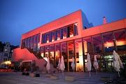 Zum Internationalen Tag gegen Gewalt an Frauen erstrahlt das Erwin-Piscator-Haus in orange.