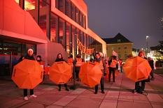 An der Aktion beteiligten sich auch die Mitarbeiter*innen des städtischen Gleichberechtigungsreferats um Fachdienstleiterin Dr. Christine Amend-Wegmann (rechts).©Thomas Steinforth, Stadt Marburg