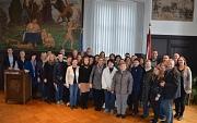 """Lehrerinnen und Lehrer aus zehn Ländern hat Stadträtin Dr. Kerstin Weinbach (rechts) anlässlich des Erasmus-Projektes """"Inklusion und Musikunterricht im Rathaus begrüßt – unter ihnen den Schulleiter der gastgebenden Sophie-von-Brabant-Schule, Thomas Hesse"""