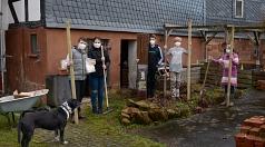 Ergi, Iris, Jonathan und Matti (v.l.) gehören zur Kindergottesdienstgruppe von Jutta Richebächer (r.), die in Michelbach Bäume pflanzen und Blumen säen wollen.