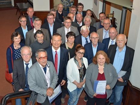 Am Montag verabschiedete OB Spies (2. Reihe, 2.v. l.) vier ehemalige Ortsvorsteher und ernannte 25 neue und wiedergewählte Ortsvorsteherinnen und Ortsvorsteher zu Ehrenbeamtinnen und Ehrenbeamten.©Philipp Höhn, Stadt Marburg