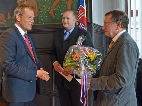OB Spies (l.) sprach den ehemaligen Ortsvorstehern Rudi Heimbach, Jochen Rauch (Mitte), Dr. Ulrich Rausch (r) und Matthias Simon seinen Dank für ihr langjähriges ehrenamtliches Engagement für ihren Stadtteil aus.