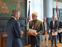 Hubert Detriche (2. v. l.) ist neuer Ortsvorsteher von Hermershausen und nun Ehrenbeamter: