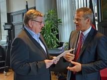 Ludwig Schneider (l.) wurde von Oberbürgermeister Dr. Thomas Spies (r.) zum Ehrenbeamten ernannt und ist neuer Ortsvorsteher in Ockershausen.