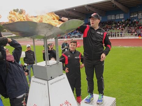 Dirk Ohmann entzündete das Olympische Feuer, das auch bei den Special Olympics nicht fehlen darf.
