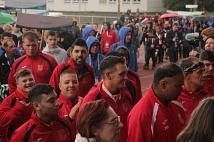 Trotz Regens herrschte beim großen Einmarsch der Sportlerinnen und Sportler beste Stimmung.
