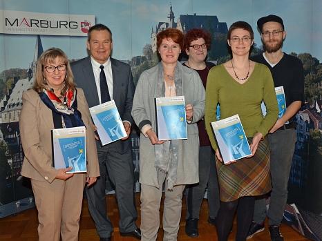 Oberbürgermeister Dr. Thomas Spies (2. v. l.) und die Leiterin des Gleichberechtigungsreferats Dr. Christine Amend-Wegmann (3. v. l.) stellten den Aktionsplan zur EU-Charta gemeinsam mit der Persönlichen Referentin des Oberbürgermeisters, Elke Siebler (4.©Stadt Marburg, Philipp Höhn