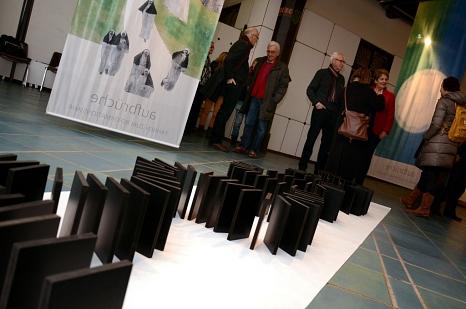 Erinnernd, aktualisierend und gerne auch kritisch: Zehn Künstlerinnen und Künstler zeigen beim Projekt der Stadt Flagge zum Reformationsjahr.©Foto: Nadja Schwarzwäller, Stadt Marburg
