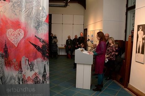 Christine Dahrendorf bedankte sich im Namen der Kunstschaffenden für ein Projekt auf Augenhöhe.©Foto: Nadja Schwarzwäller, Stadt Marburg
