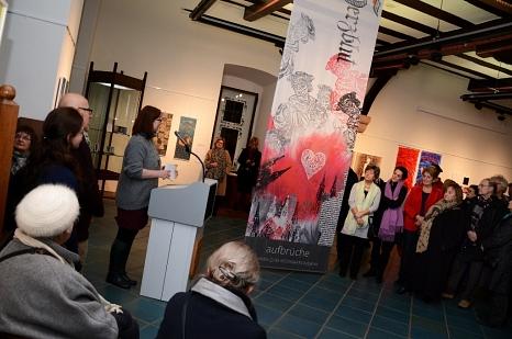 """Kulturdezernentin Dr. Kerstin Weinbach eröffnete die Ausstellung """"Aufbrüche"""" mit künstlerischen Fahnen zum Reformationsjubiläum.©Foto: Nadja Schwarzwäller, Stadt Marburg"""