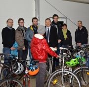 15 funktionstüchtige Fahrräder hat der Radsportverein Dynamo Bortshausen den Bewohnerinnen und Bewohnern der Erstaufnahmeeinrichtung in Cappel übergeben. Mit ihnen freuten sich (von links): vom RSV Dynamo Bortshausen Uwe Zacharias, Gerald Weidemann, der V