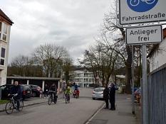 Oberbürgermeister Dr. Thomas Spies (r.) und Bürgermeister Dr. Franz Kahle (2. v. r.) begrüßten gemeinsam die ersten Bürgerinnen und Bürger auf Marburgs erster Fahrradstraße.©Philipp Höhn, Stadt Marburg