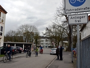 Oberbürgermeister Dr. Thomas Spies (r.) und Bürgermeister Dr. Franz Kahle (2. v. r.) begrüßten gemeinsam die ersten Bürgerinnen und Bürger auf Marburgs erster Fahrradstraße.