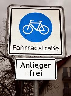 """Das Schild """"Fahrradstraße"""" weist auf den Vorrang von Fahrrädern gegenüber motorisiertem Verkehr hin. Fahrräder dürfen hier auch parallel fortbewegt werden. Autos haben auf die Geschwindigkeit der Fahrräder Rücksicht zu nehmen.©Philipp Höhn, Stadt Marburg"""